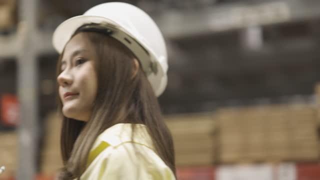 vídeos y material grabado en eventos de stock de beautiful asian woman wearing hardhat, working in warehouse storage, checking inventory - sólo mujeres jóvenes