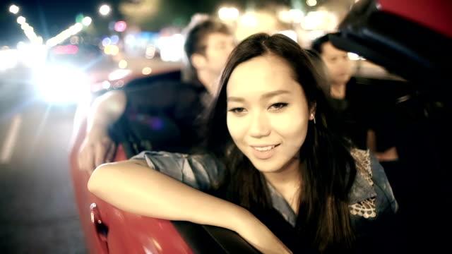 Schöne asiatische Frau mit schönen Gedanken.