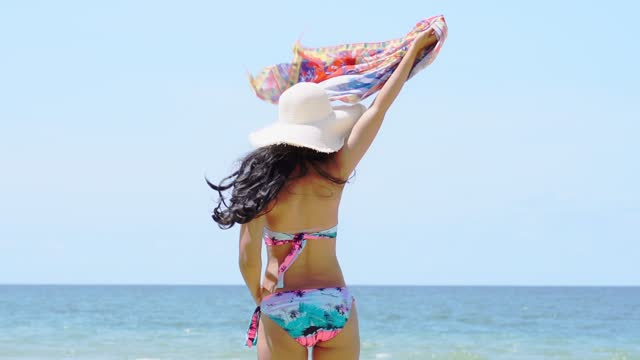 stockvideo's en b-roll-footage met de mooie aziatische vrouwen dragen een zwempak op een strandvakantie - badkleding
