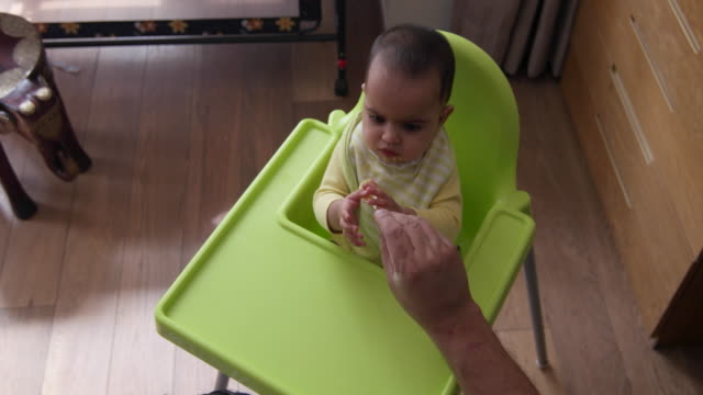 beautiful baby being fed by her dad - 断る点の映像素材/bロール