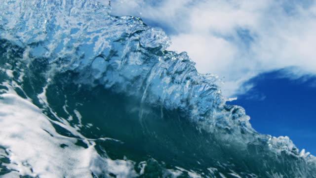 """vídeos de stock, filmes e b-roll de um belo retrolavagem wave """"pov picos de onda quebra em câmera na praia de areia raso no california sol de verão. foto em slowmo no red dragão no 300fps. - deep sea diving"""