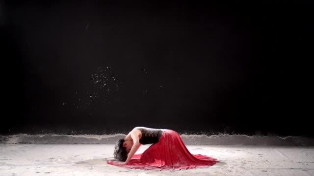 vidéos et rushes de belle ballerine danse avec poudreuse au studio. - danseur de ballet