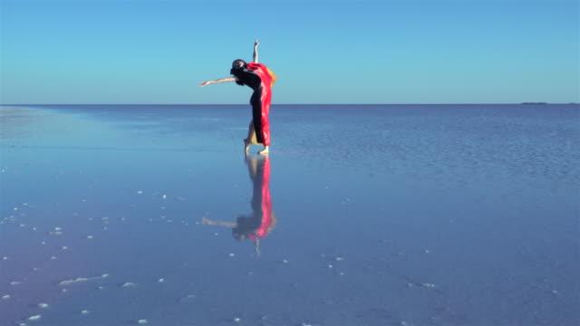 Schöne Ballerina auf dem Wasser mit deutscher Flagge ein windiger Tag