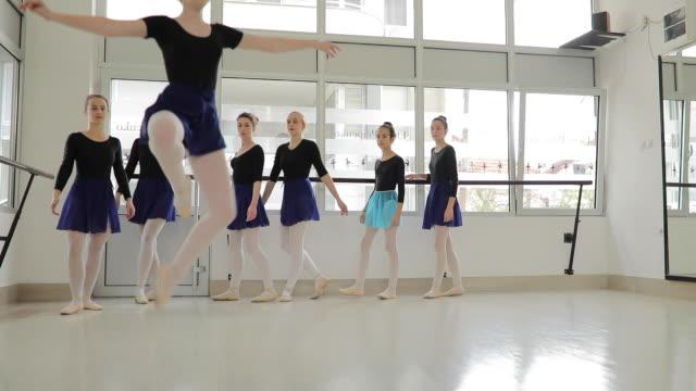 vídeos y material grabado en eventos de stock de hermosas bailarinas ensayando en el estudio de danza - malla de gimnasia
