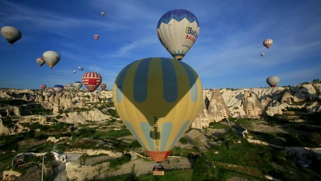 vídeos de stock, filmes e b-roll de beautiful balloons, cappadocia, turkey - festa do balão de ar quente