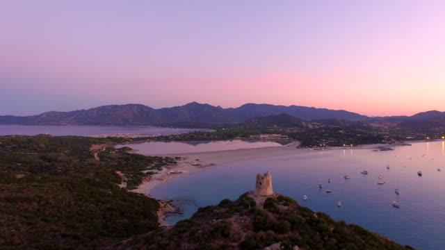 luftaufnahme: wunderschöne bucht bei sonnenaufgang - sardinien stock-videos und b-roll-filmmaterial