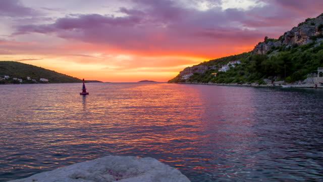 vídeos de stock e filmes b-roll de ws ds bela bay ao pôr do sol - aldeia de pescador