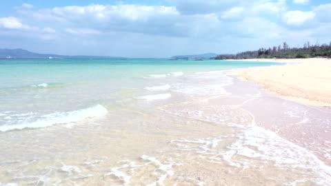 vacker strand och lugna vågor - strandsemester bildbanksvideor och videomaterial från bakom kulisserna