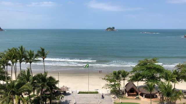 vídeos de stock, filmes e b-roll de beautiful beach in guaruja, brazil - baía