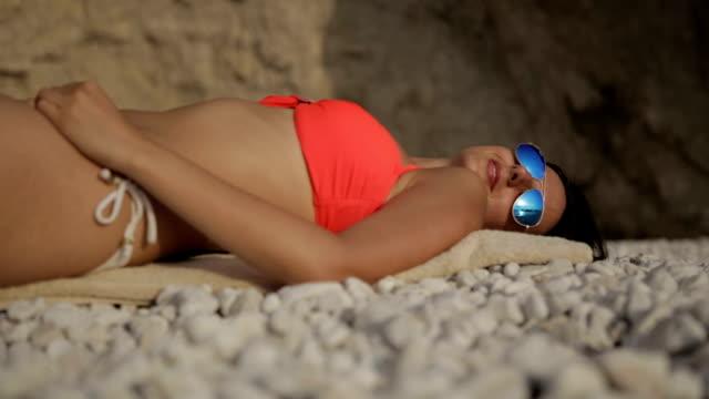 bellissima spiaggia riflessa sui miei occhiali - occhiali da vista video stock e b–roll