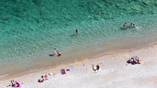 bella spiaggia - asciugamano video stock e b–roll