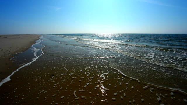 vídeos de stock, filmes e b-roll de bela praia com sol - mar do norte