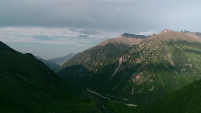 vídeos de stock, filmes e b-roll de bela vista de pássaro do desfiladeiro. montanhas caucasianas com picos cobertos de neve e vales verdes. - cordilheira