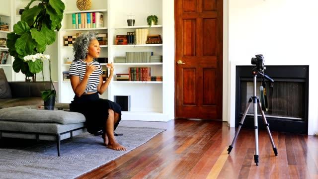 ビデオを記録する美しい黒人女性 - ロールモデル点の映像素材/bロール