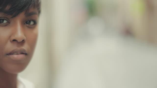 Schöne schwarze Frau Slowmotion-video-portrait