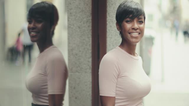 schöne schwarze frau slowmotion-video-portrait - eleganz stock-videos und b-roll-filmmaterial