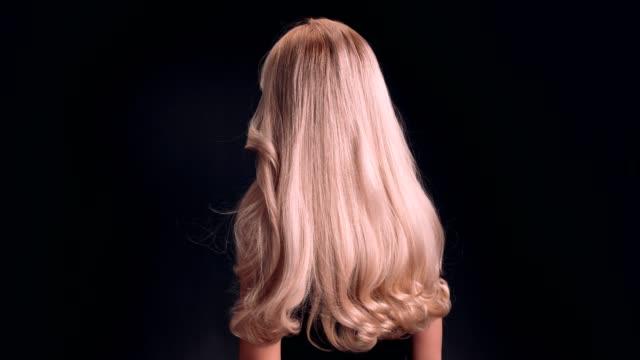 vídeos de stock, filmes e b-roll de linda mulher loira jogando seu cabelo longo e ondulado - cabelo comprido