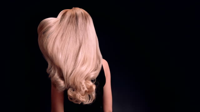 vídeos de stock e filmes b-roll de beautiful blond woman tossing her long, wavy hair - cabelo comprido