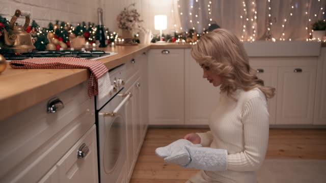stockvideo's en b-roll-footage met mooie blonde bakt kerstkoekjes - kerstversiering