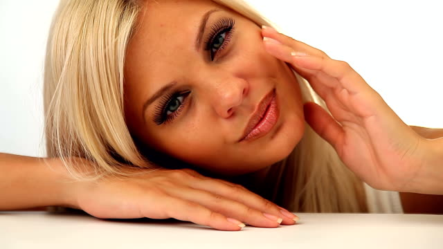 schöne blonde mädchen flirten mit kamera - langes haar stock-videos und b-roll-filmmaterial