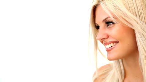 vídeos y material grabado en eventos de stock de hermosa mujer rubia está riendo; foto de estudio - mujer bella
