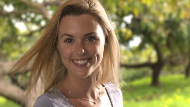 vídeos de stock, filmes e b-roll de beautiful blonde woman turning around/marbella region, spain - só mulheres jovens