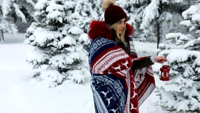 暖かい毛布と雪に覆われた森の中の美しい青い目金髪の少女 - ウィンターコート点の映像素材/bロール