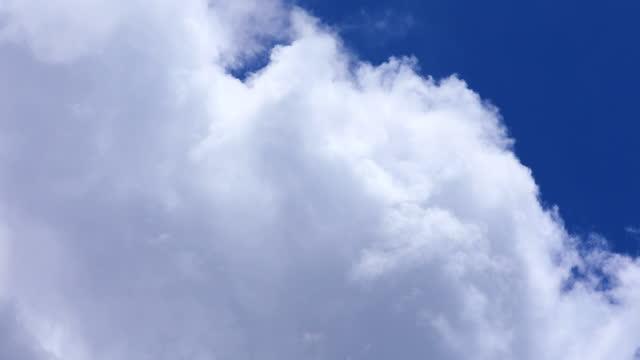 vidéos et rushes de beau fond bleu de ciel avec des nuages, time lapse. - cumulus