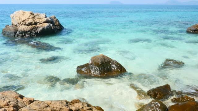 vidéos et rushes de magnifique bleu turquoise de la mer en été - baie eau