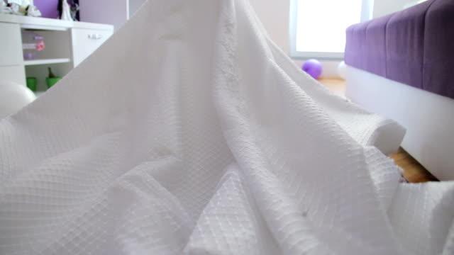 vídeos de stock e filmes b-roll de beautiful bride in a white wedding dress - vestido branco