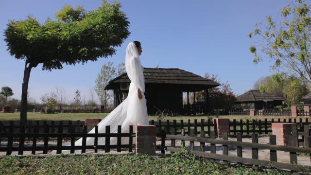 vídeos de stock e filmes b-roll de beautiful bride is ready for the wedding - noiva