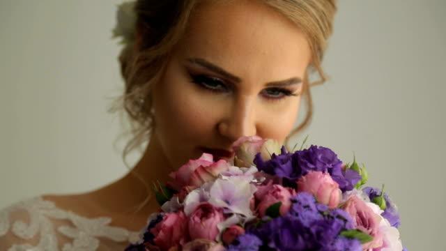 vídeos y material grabado en eventos de stock de hermosa novia con su biedermeier - oler