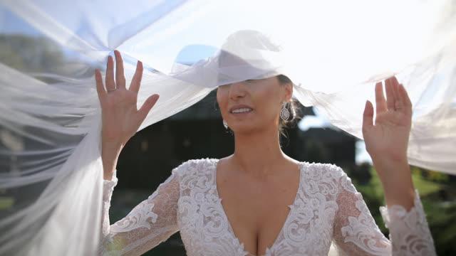 風に結婚式のベールを持つ美しい花嫁 - 花嫁点の映像素材/bロール