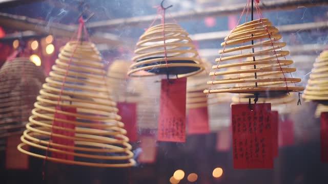 beautiful brown wooden coil prayer lanterns hanging in the man mo temple in hong kong - slowmo - ハリウッドロード点の映像素材/bロール