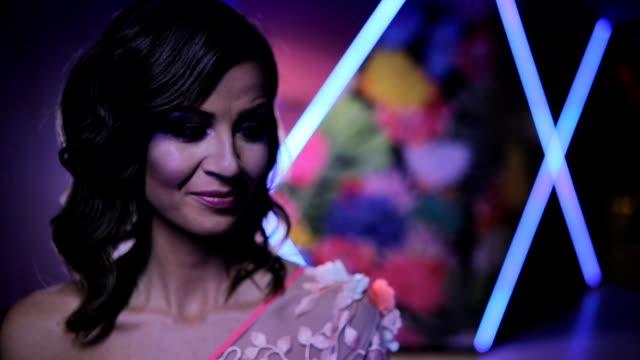 stockvideo's en b-roll-footage met mooie brunette in elegante jurk - witte jurk