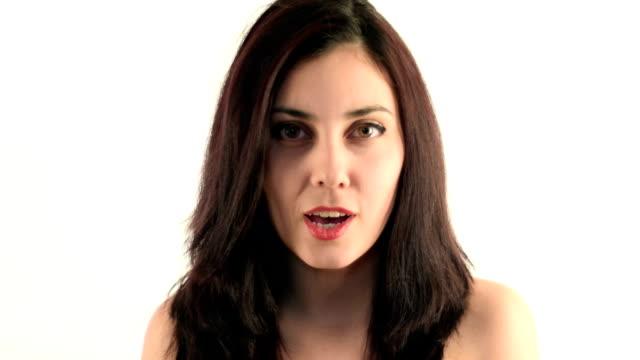 vídeos de stock, filmes e b-roll de bela brunette olhando para a câmera e falando - devagar