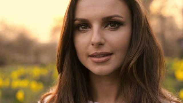 beautiful brunette shakes down her long hair. - kopf schütteln stock-videos und b-roll-filmmaterial