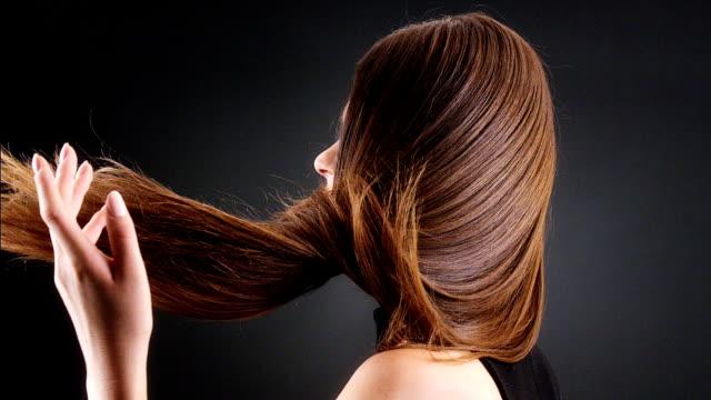 Schöne Brünette warf ihr langes Haar