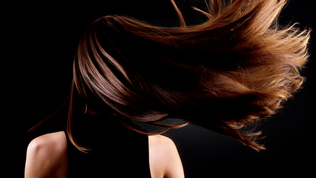 beautiful brunette tossing her long hair - shampoo per capelli video stock e b–roll