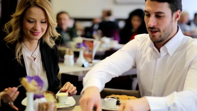 Schöne business-Paar sitzen in einem Café