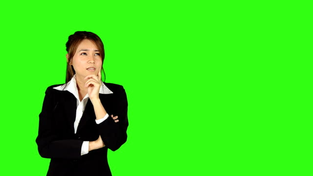 stockvideo's en b-roll-footage met beautiful business woman get a idea with green screen background - keyable