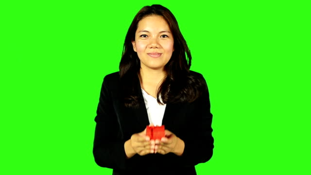 stockvideo's en b-roll-footage met beautiful business woman giving a gift with green screen background - keyable