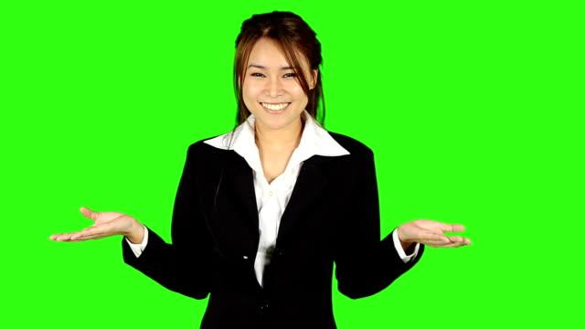 vidéos et rushes de superbe femme d'affaires présentant avec écran vert en arrière-plan - keyable