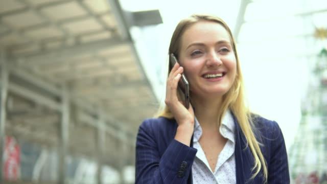 schöne frau sprechendes telefon - only young women stock-videos und b-roll-filmmaterial