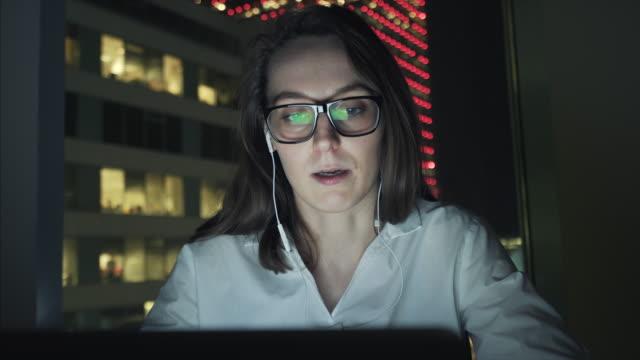 Schöne Geschäftsfrau mit einer Videokonferenz mit Kunden.