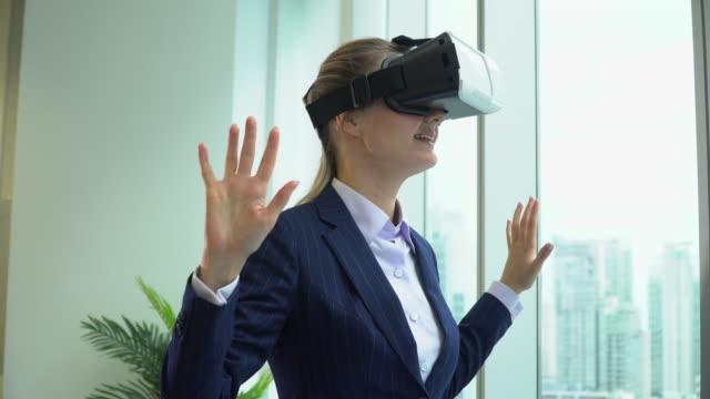 schöne geschäftsfrau mit ihrem handy vr-headset - schutzbrille stock-videos und b-roll-filmmaterial