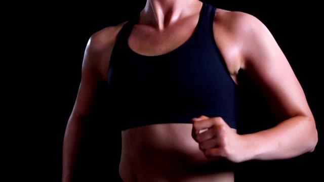 Wunderschöne Cacasian Frau Laufen vor schwarzem Hintergrund.