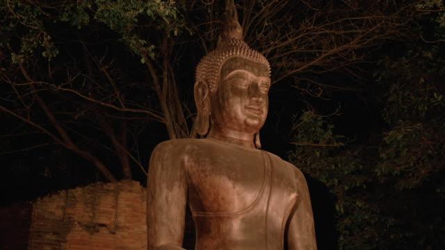 schönes kerzenlicht mit buddha-statue - buddhism stock-videos und b-roll-filmmaterial