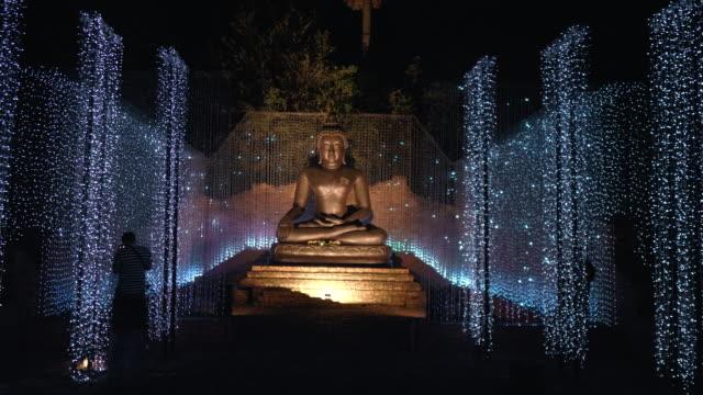 schönes kerzenlicht mit buddha-statue - buddhismus stock-videos und b-roll-filmmaterial