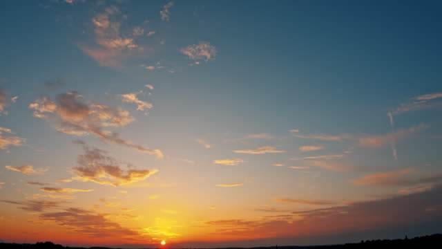 vidéos et rushes de ws beau coucher du soleil de nuage de cirrus - crépuscule